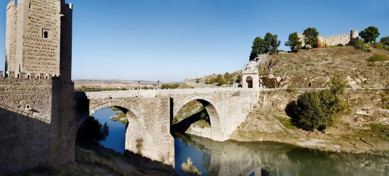 Kastilien Pilgerreise: Toledo. Panorámica del Puente de Alcántara y Castillo de San Servando