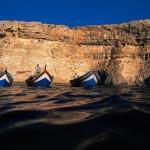4 Luzzus vor Blauen Grotte - Bildquelle: Fremdenverkehrsamt Malta