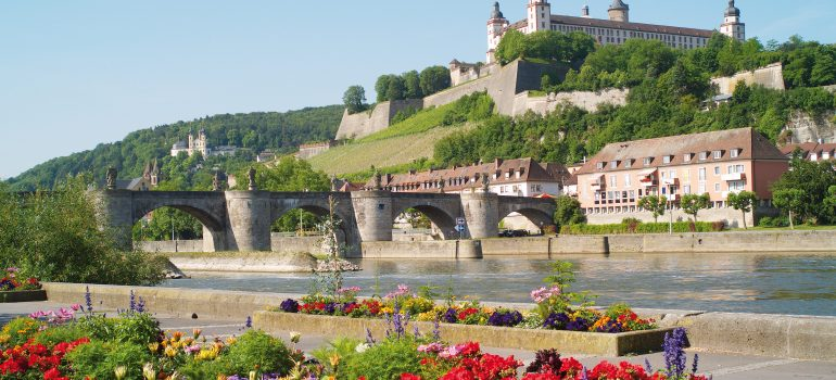 Mainkai mit Blick auf Festung Marienberg, (c) Congress-Tourismus-Würzburg, Fotograf A. Bestleb
