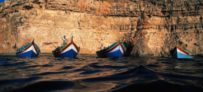 4 Luzzus vor Blauen Grotte, Fremdenverkehrsamt, Arche Noah Reisen, Gruppenreise Malta