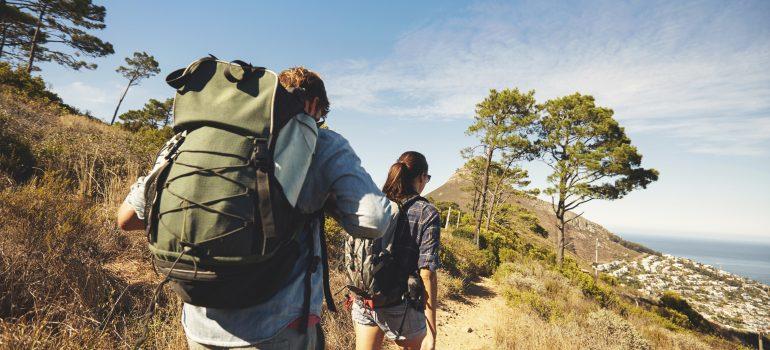 Young couple hiking in mountain, Activo_Wandern_iStock