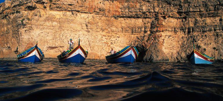 4 Luzzus vor der Blauen Grotte, Fremdenverkehrsamt Malta , Paulinus Leserreise, Pilgern Malta, Arche Noah Reisen