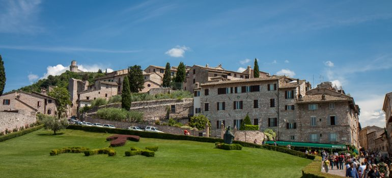 Assisi, Bild von danieladepaoli auf Pixabay, Pilgern in Gruppe, Gruppenreise mit Heiliger Messe