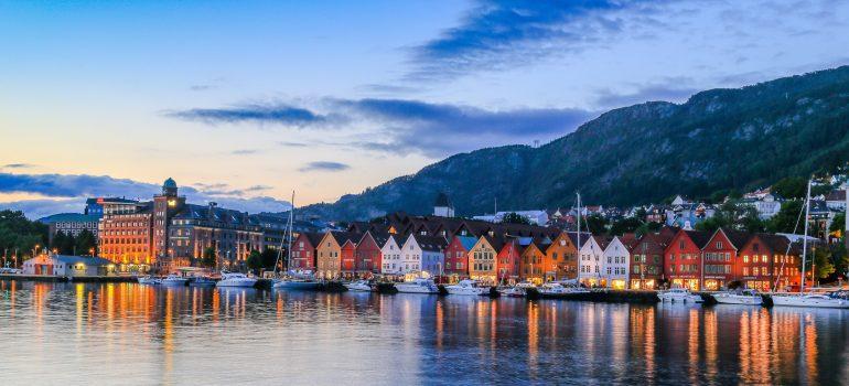 Bryggen med båter Bergen, Fotograf: Girish Chouhan, Bergen Reiselivslag / Girish Chouhan - visitBergen.com