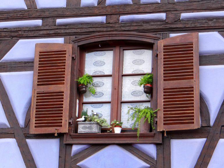 Elsass, Fenster, www.pixabay.com, Pilgern in Gruppe