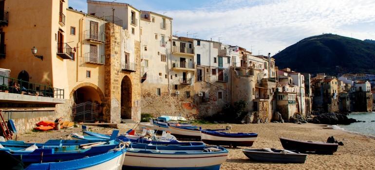 Sizilien Cefalou, Fotolia.com-fotofritsch, Fischerboote am Strand, Sehenswürdigkeiten Sizilien