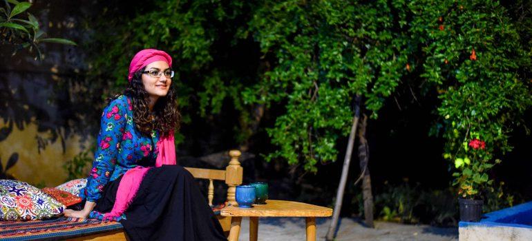 Junge Iranerin im Hofe ihres Hauses, Iran Traveling Center