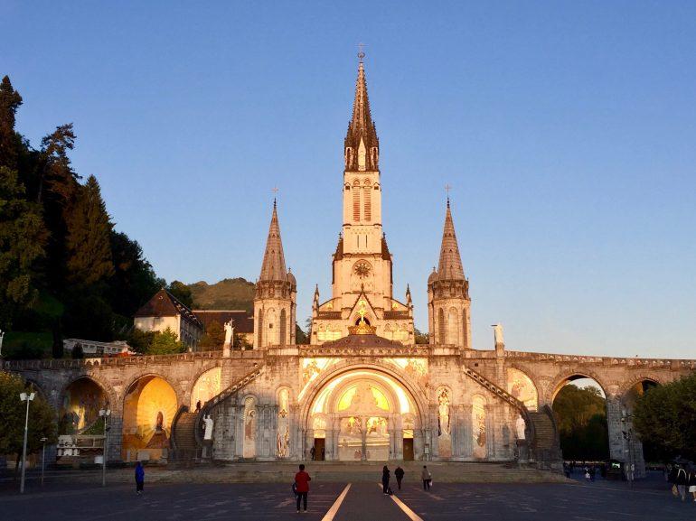 Lourdes - Rosenkranzbasilika bei Sonnenaufgang, Foto Daniela Welter Arche Noah Reisen