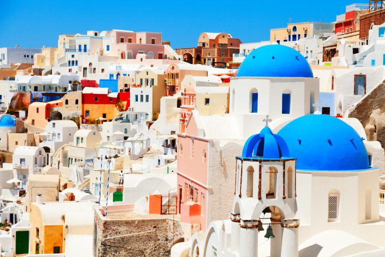 Inselhüpfen Kykladen, Santorini, Oia St Spiridon and Resurrection churches, Cyclades, Griechenland