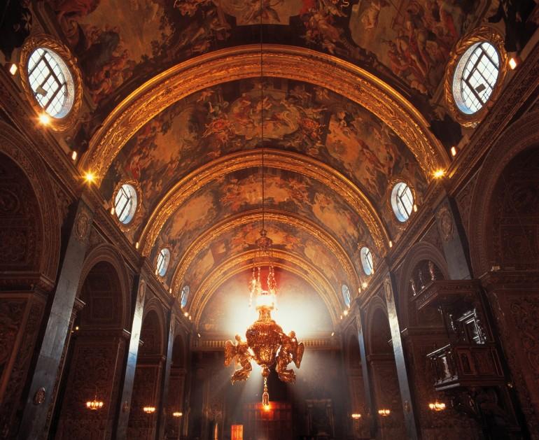 St John's Co-Cathedral Innenraum Decke und Lampe, Fremdenverkehrsamt
